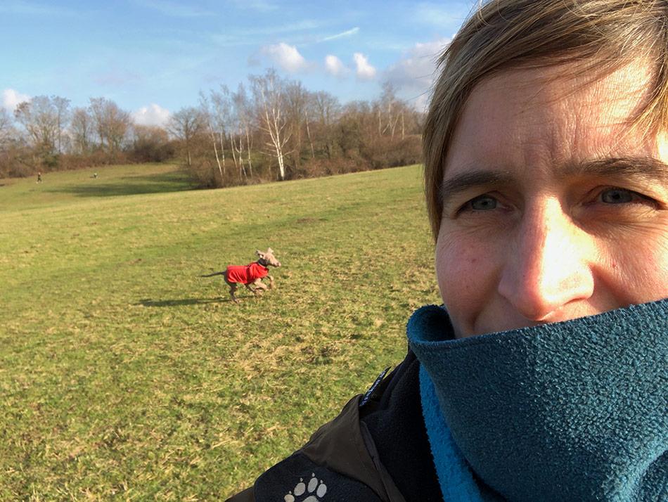 Selfie mit rennendem Hund