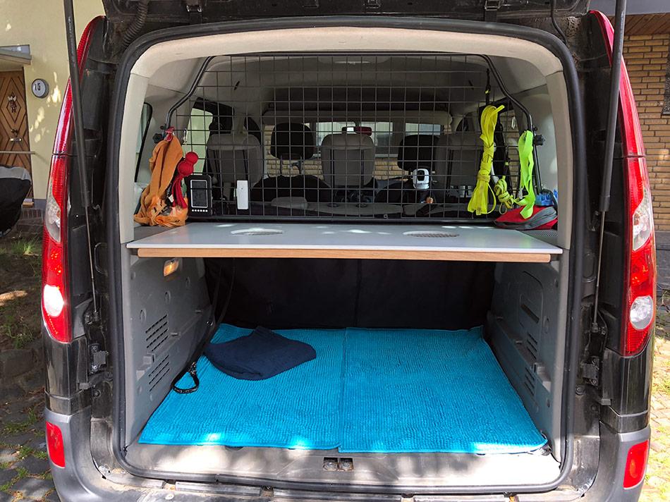Kofferraum mit Trenngitter und Abdeckung